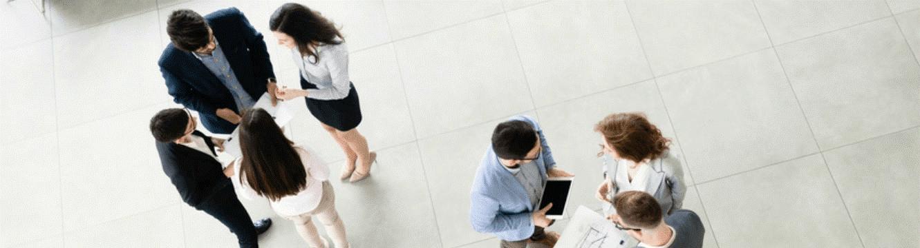 Des employés échangent dans le hall d'une entreprise